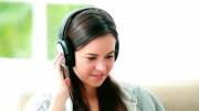 283663410-balancer-son-pied-ecouter-de-la-musique-regarder-en-bas-casque